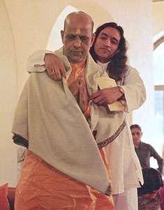 Gurudev wraps Bapuji in his shawl